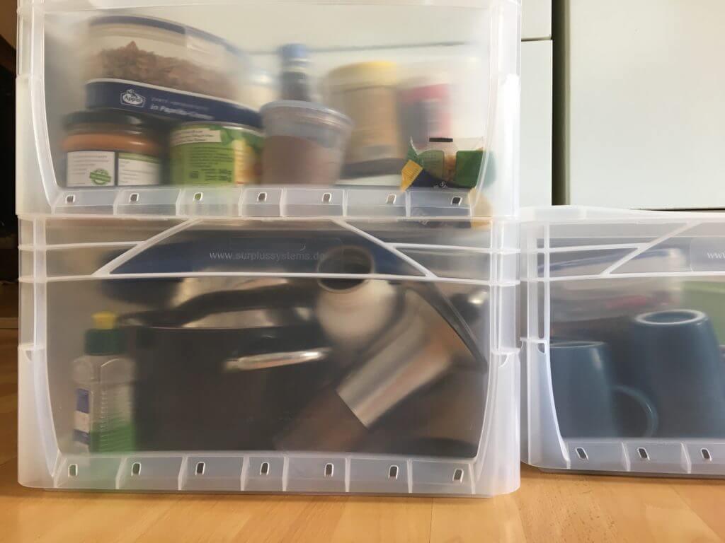 Teller und Töpfe für meine mobile Küche in Transportkisten