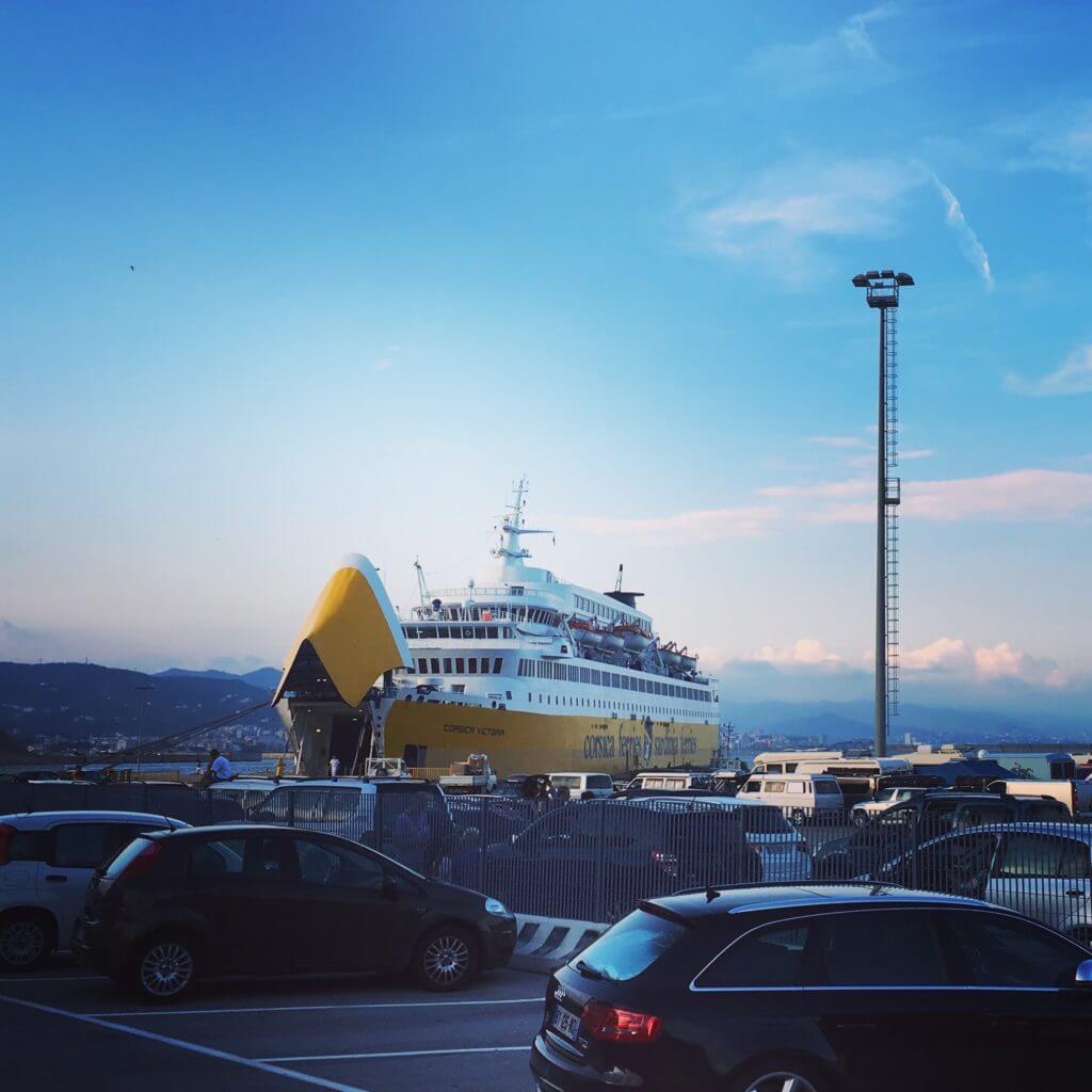 Fähre nach Korsika im Hafen