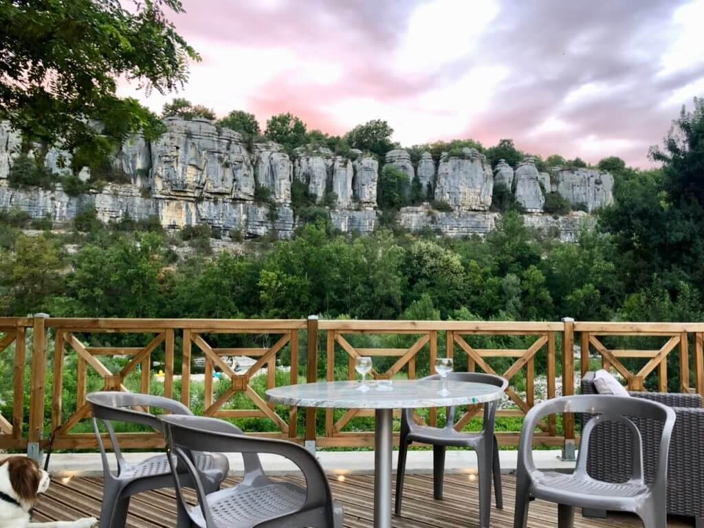 Terrasse mit Blick auf Ardeche und Felsen