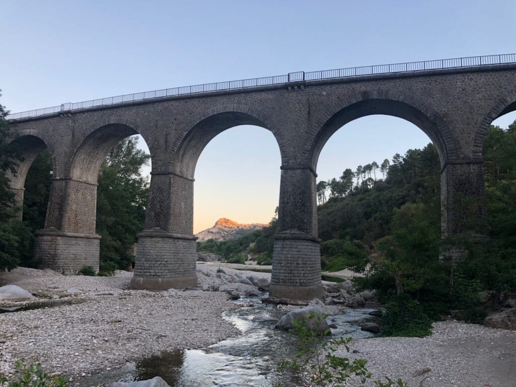 Eisenbahnbrücke über den Fluß Le Gardon