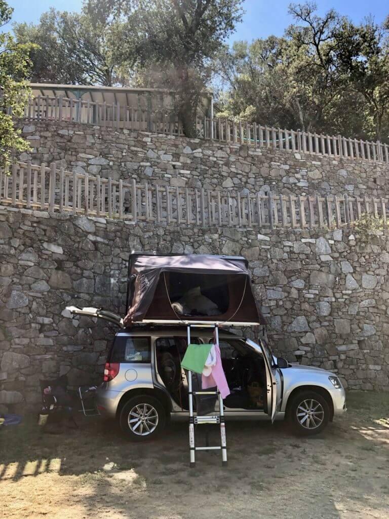 Stellplatz Camping de L´arche, mit dem Rücken zur Wand ;)